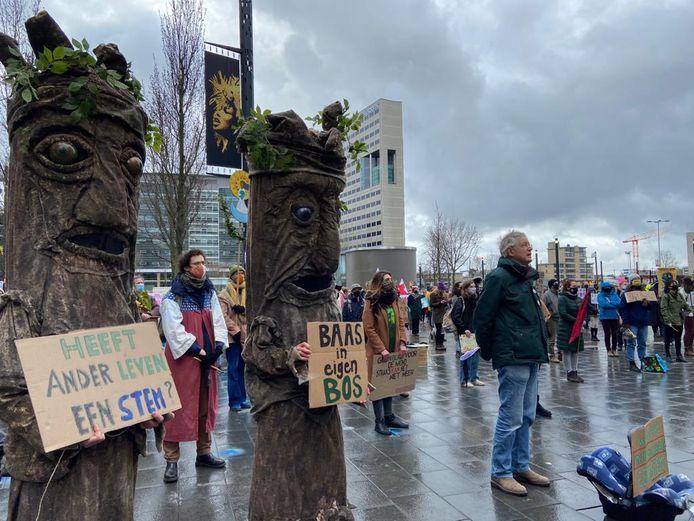 De demonstratie op Jaarbeursplein. Rechts grootvader Jan, van de actiegroep Grootouders voor het klimaat. Hij droeg een lege maxicosi bij zich.