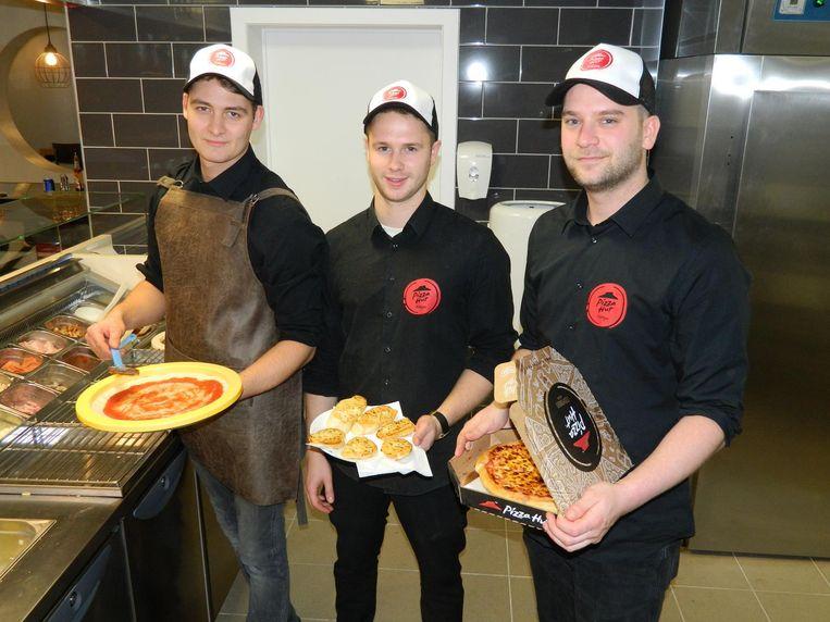Kenny Verheye, Miguel Lageirse en Pieter Demeester gisteren aan de slag in hun open keuken.
