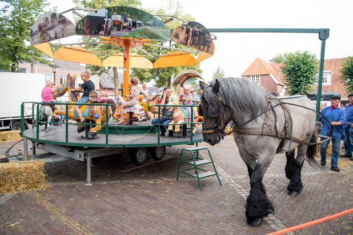 De draaimolen in Enter draait, met dank aan een paard.