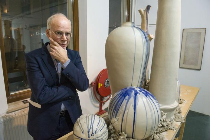 Oscar Schrover temidden van de laatste tentoonstelling in Kunsthal Boschveld in de Vughtertstraat.