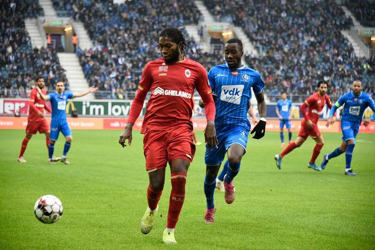 Antwerp-spits Dieumerci Mbokani weegt op de Gentse defensie. Beeld BELGA
