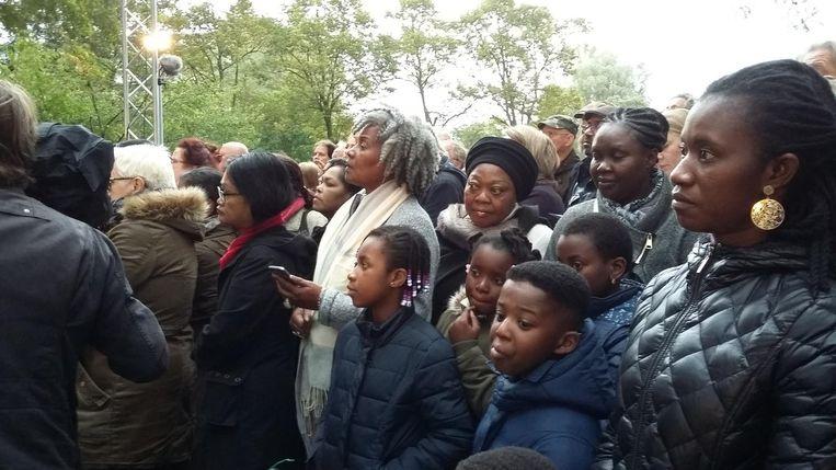 Omstanders van de herdenking Beeld Hanneloes Pen