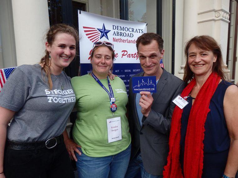 Komiek Greg Shapiro en Sophie Brenny, Kendra Borgen en Martha McDevitt-Pugh van Democrats Abroad. Borgen: 'Ik ben plagen gewend. Wij hadden Sarah Palin' Beeld Schuim