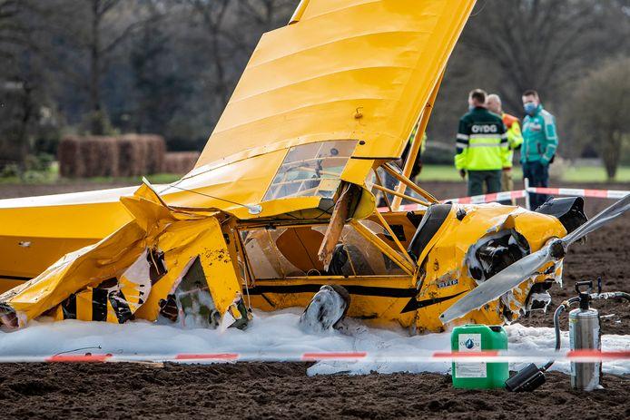Een sportvliegtuig was vanmiddag neergestort op een akker bij Epse.
