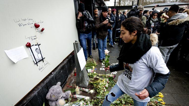 Deelnemers aan een stille tocht voor de vermoorde 23-jarige Nabil Amzieb staan bijeen voor de inmiddels gesloten shishalounge Fayrouz op de Amstelveenseweg. Beeld anp