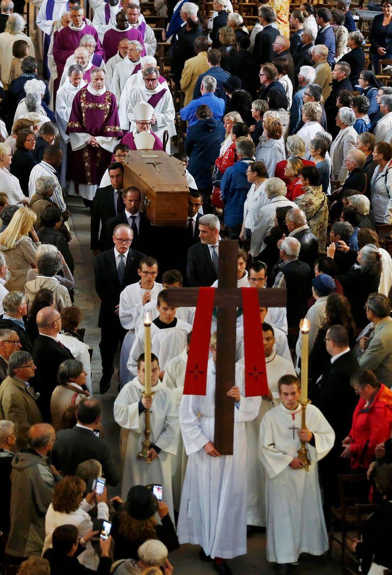 De Franse priester Jacques Hamel, op 26 juli vermoord in zijn kerk door geradicaliseerde jongeren, wordt begraven in de kathedraal van Rouen. Beeld REUTERS