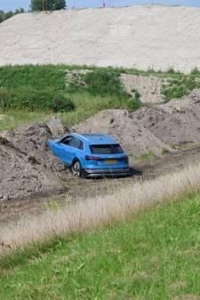 Man 'parkeert' peperdure bak in zandhoop naast Drontermeerdijk