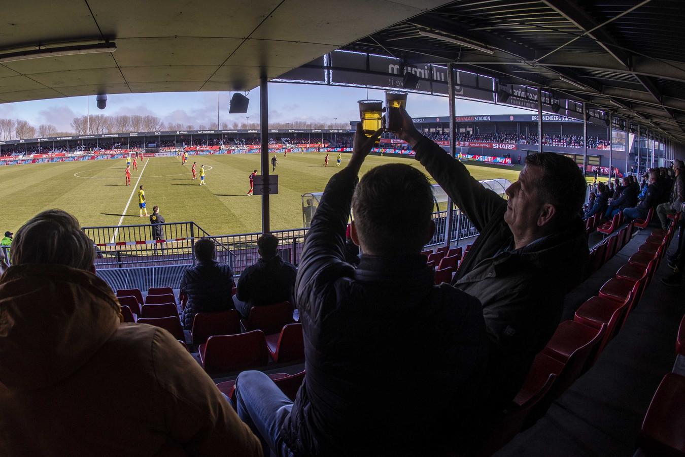Supporters op de tribune bij Almere City - SC Cambuur.