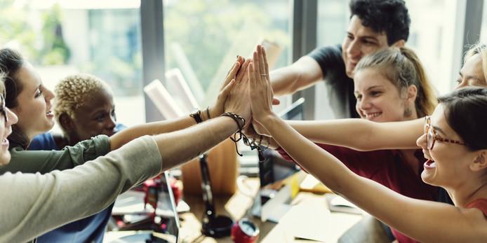 Foto ter illustratie. Werknemers die hoog scoren op de persoonlijkheidstrek 'vriendelijkheid', krijgen in de regel minder betaald en minder vaak een promotie dan collega's die niet zo aardig zijn.
