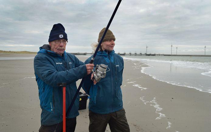 Rinus Verseput, de latere winnaar van de Eilandwedstrijd, haalt zijn eerste vis binnen. Rechts Jan-Piet van Waveren.
