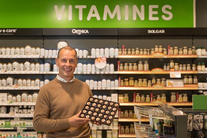 Patrick Tassignon toont de doos met Praleucines, de bonbons voor ouderen in de DA-drogist in Wageningen.