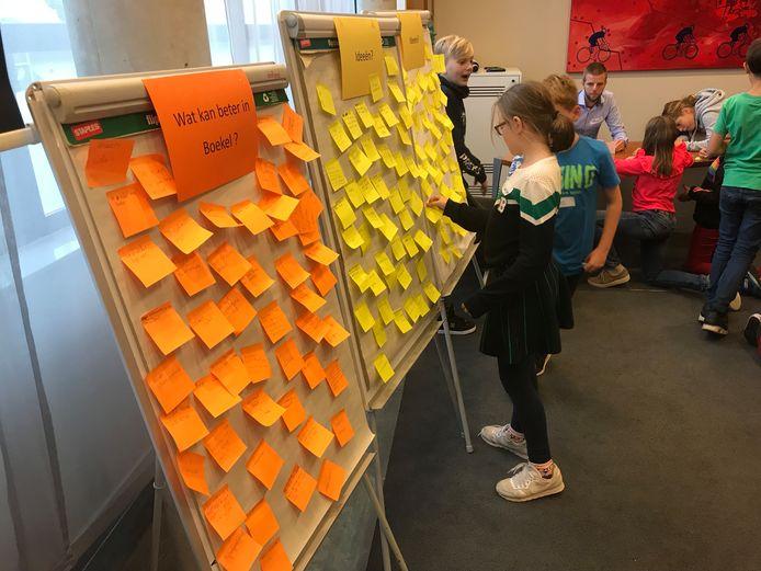 Op de oranje briefjes tips met wat er beter kan in Boekel. Op de gele: ideeën. Daaraan deze woensdag geen gebrek.