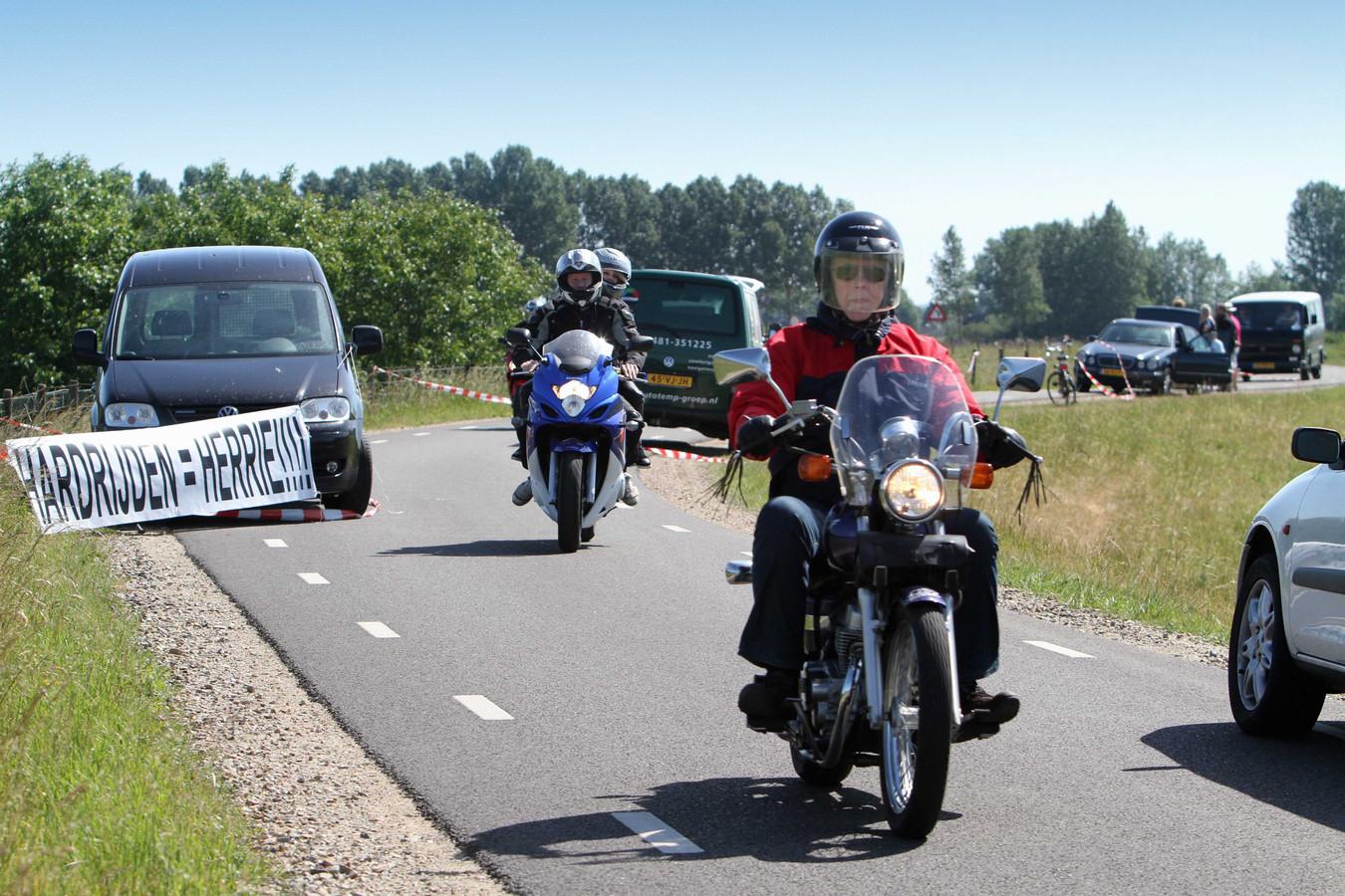 Protest tegen motorrijders op een dijkweg   Foto ter illustratie.