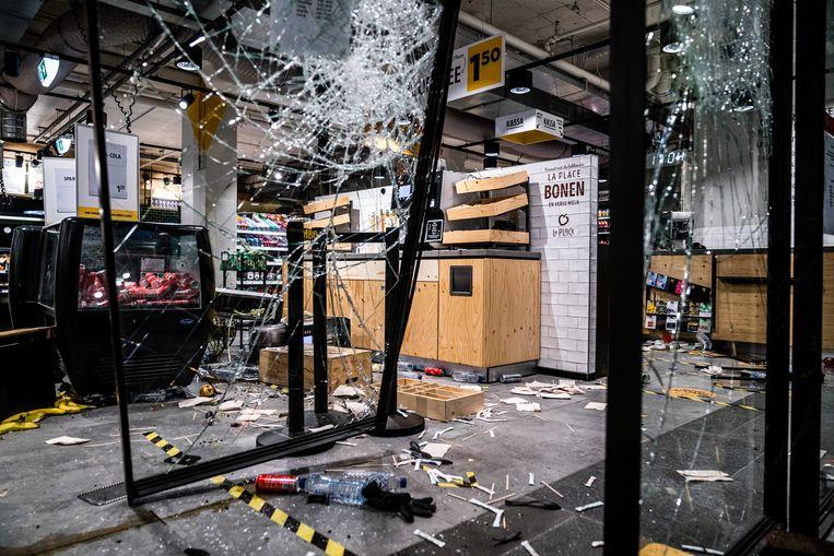 Grote schade en plunderingen bij een Jumbo City in het centraal station van Eindhoven na demonstraties in de binnenstad van Eindhoven. Beeld ANP
