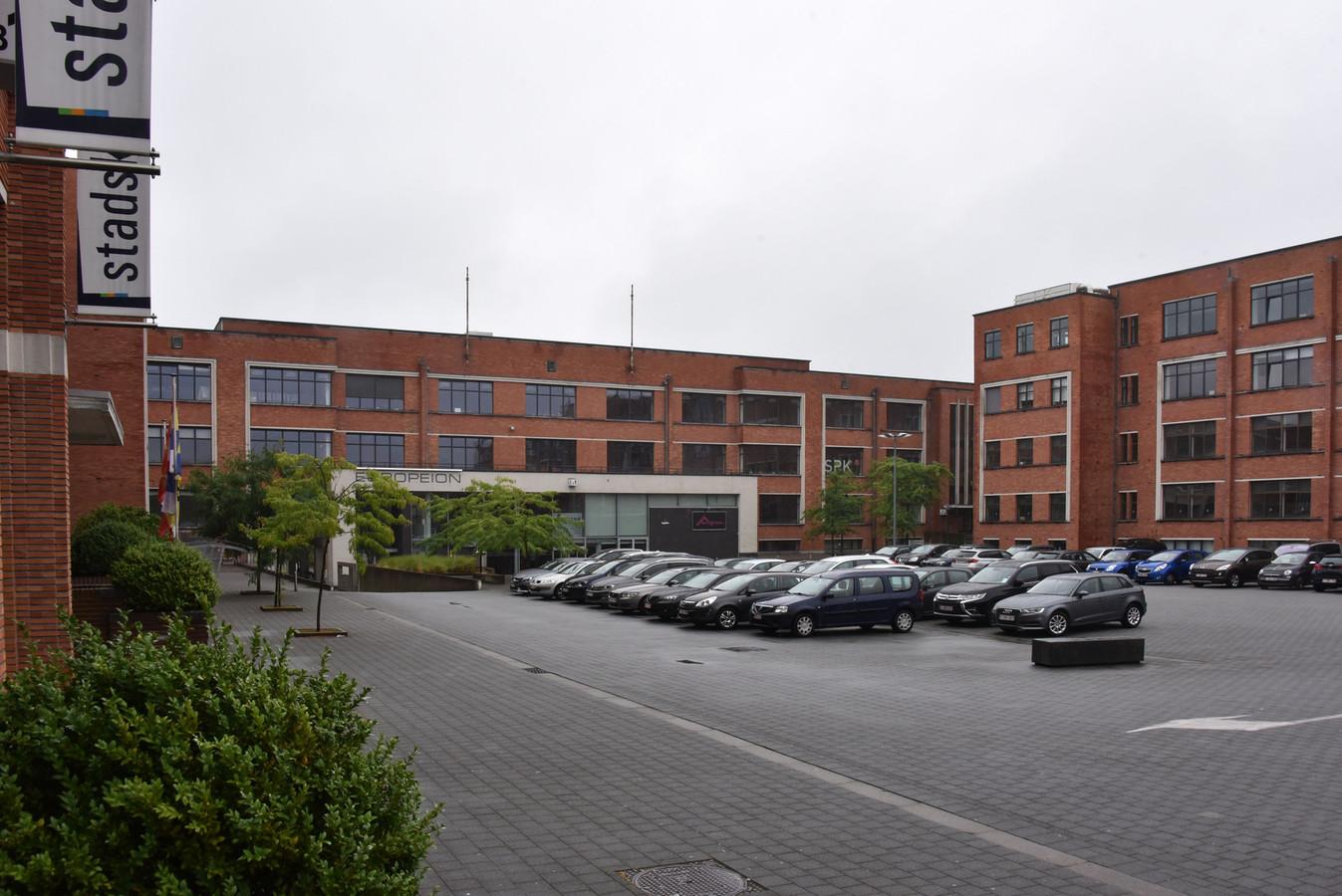 Het huidige paradeplein, metgeparkeerde auto's en aan de linkerzijde het Stadskantoor.