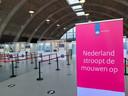 De vaccinstraat in de Brabanthallen in Den Bosch. Er kunnen zo'n 800 prikken per dag worden gezet.