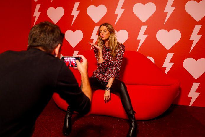 Influencer Barbara Celine Zwerver tuit haar lippen op de 'kusfauteuil'