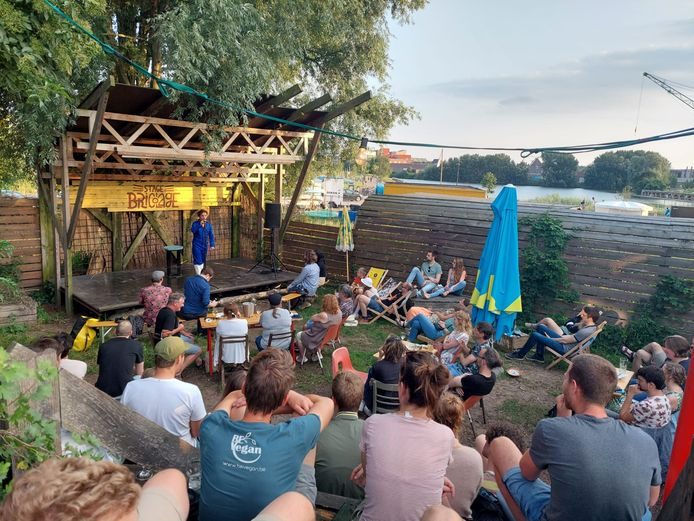Comedy in Bar Bricolage - tochthond op het podium.