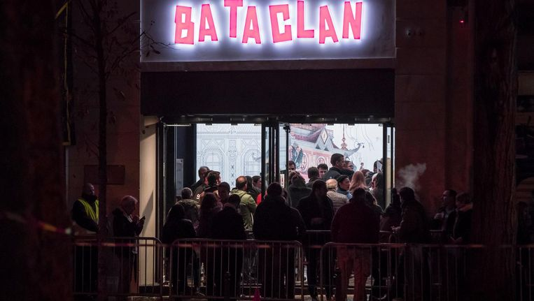 Bezoekers staan in de rij voor concertzaal Bataclan. Beeld anp