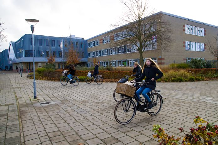Leerlingen van het Cambium College in Zaltbommel fietsen naar huis.