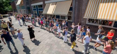 Glunderend door de erehaag: zomervakantie voor de schoolverlaters van De Zandberg