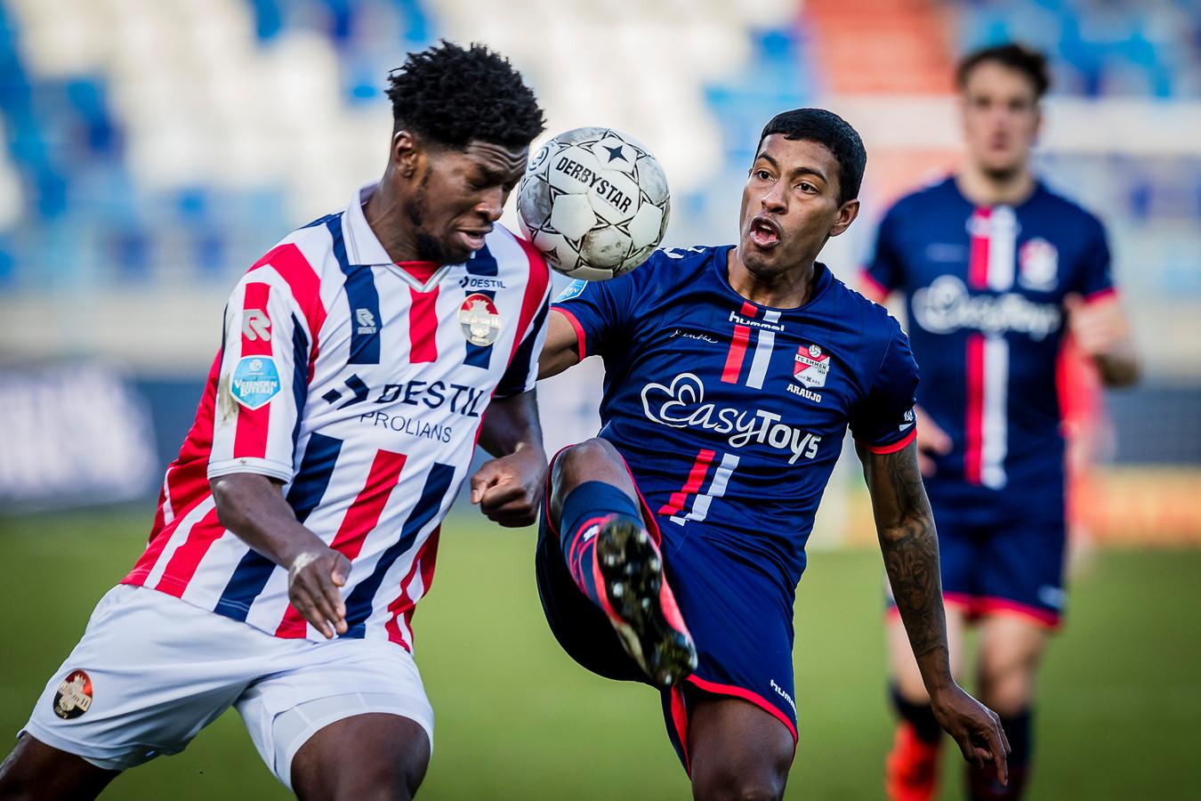 Kwasi Wriedt in actie tegen FC Emmen.