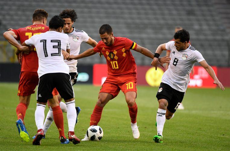 Eden Hazard houdt twee Egyptische verdedigers aan de praat. Beeld Photo News