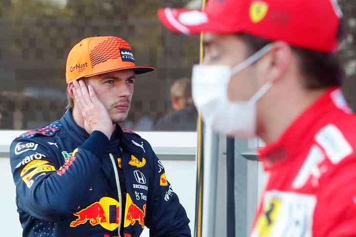 Max Verstappen met op de voorgrond polesitter Charles Leclerc.