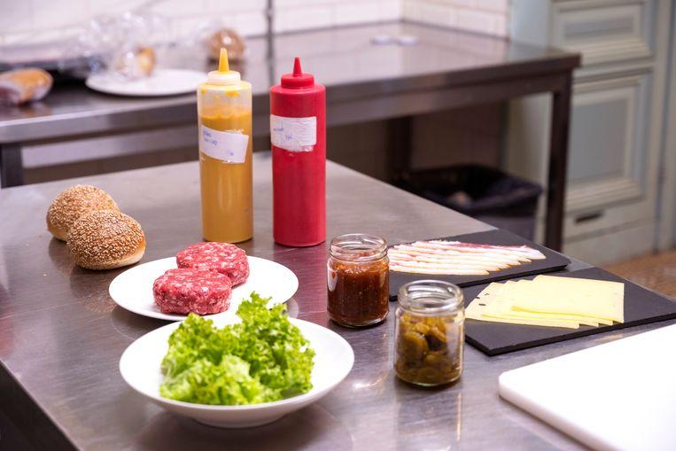 Versgemalen rundvlees, langzaam gerezen briochebollen met sesam, huisgemaakte augurk, ketchup en mosterd – zelfs de bacon is van eigen hand in lunchroom Pig & Rye. Beeld Els Zweerink