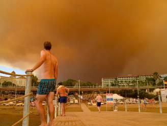 Toeristen in zuiden van Turkije geëvacueerd wegens bosbranden: politie vermoedt brandstichting
