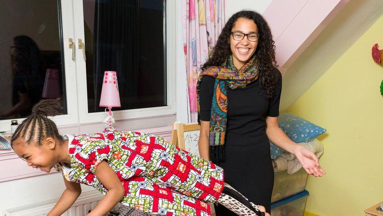 Andra Roskam en dochter Louya. Moeders bieden haar vaak hulp aan. 'Ik zeg wel nee, natuurlijk' Beeld Ivo van der Bent