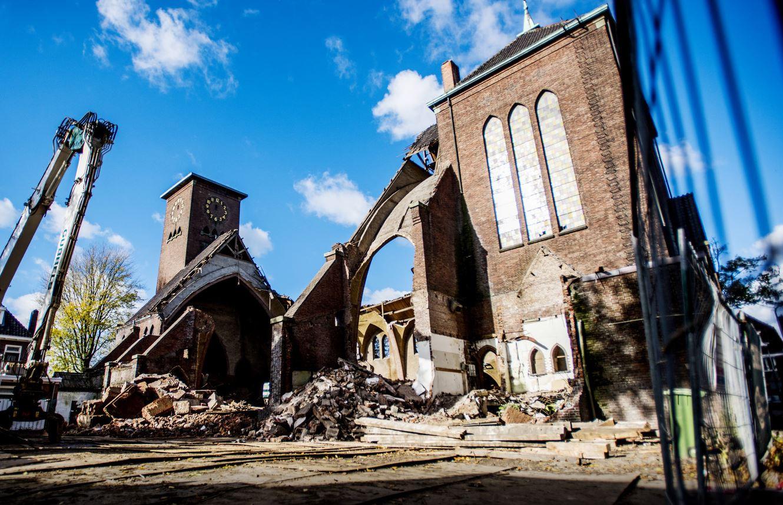 In november was de sloop van de Sacramentskerk aan de Ringbaan Oost nog in volle gang.