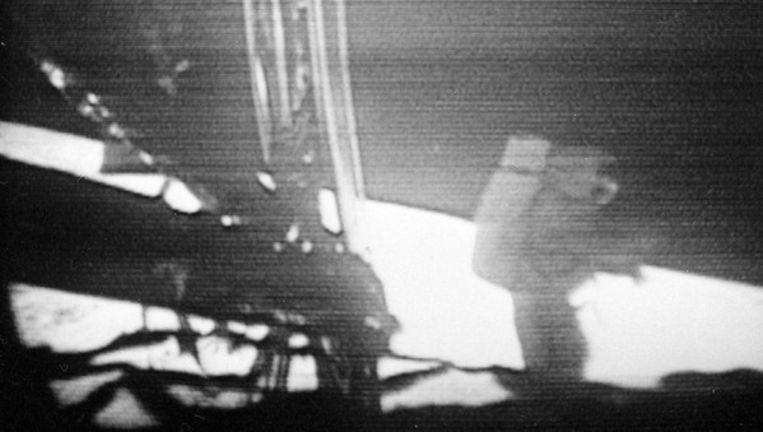 Een camera die bevestigd was aan de Eagle registreert de eerste pasjes van Neil Armstrong op de Maan ... Beeld UNKNOWN