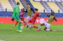 Thijs van Leeuwen  (midden) tikt de tweede goal van Twente binnen.