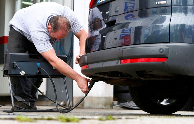 Vijf sjoemelaars - Volkswagen, Audi, BMW, Mercedes en Porsche - hoeven hun oude diesels waarschijnlijk enkel even van de Duitse snelwegen te halen voor een software-update (kosten: 100 euro per auto). Beeld REUTERS