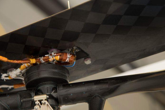 Ingenuity draagt een klein stukje textiel met zich mee van het eerste gemotoriseerde vliegtuig van de gebroeders Wright uit 1903.