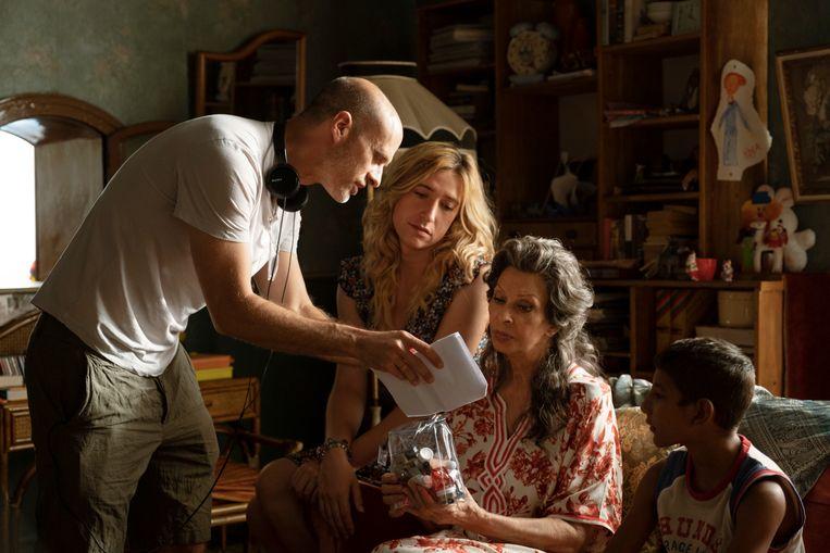 Edoardo Ponti, Abril Zamora, Sophia Loren en Diego Pirvus op de set van 'The Life Ahead' Beeld Humo
