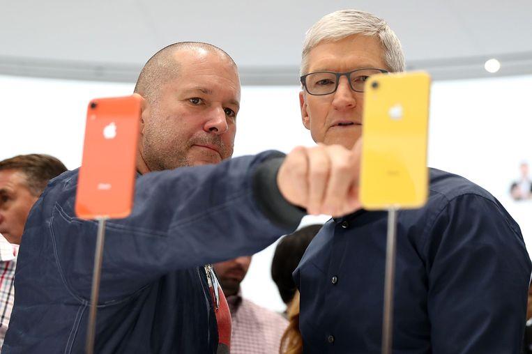 Jony Ive (L) en Apple-CEO Tim Cook. Beeld AFP