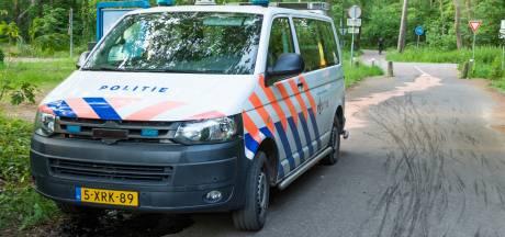 IJzeren paaltje schiet omhoog tegen Carterpan van politieauto in Vught