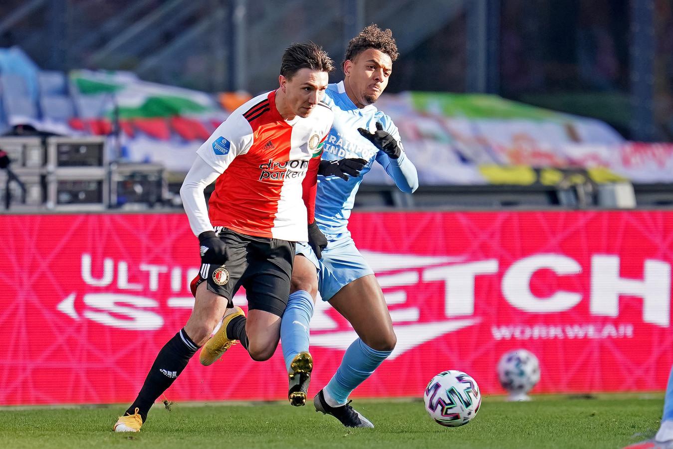 Steven Berghuis hier eerder dit seizoen in duel met Donyell Malen. De Feyenoorder was de afgelopen jaren regelmatig een kwelgeest voor PSV.