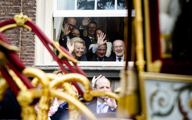 Prinses Beatrix kijkt naar de passerende rijtoer met de Glazen Koets op Prinsjesdag.