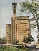 Het Veemgebouw op Strijp-S in 1951, met de televisiezendmast en de zogenaamde Vipre-bussen die onder andere werknemers uit België naar Philips in Eindhoven brachten. FOTO EINDHOVENINBEELD.COM