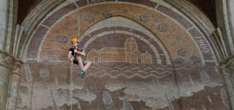 Abseilen en springen van 35 meter hoogte in de Grote Kerk in Veere