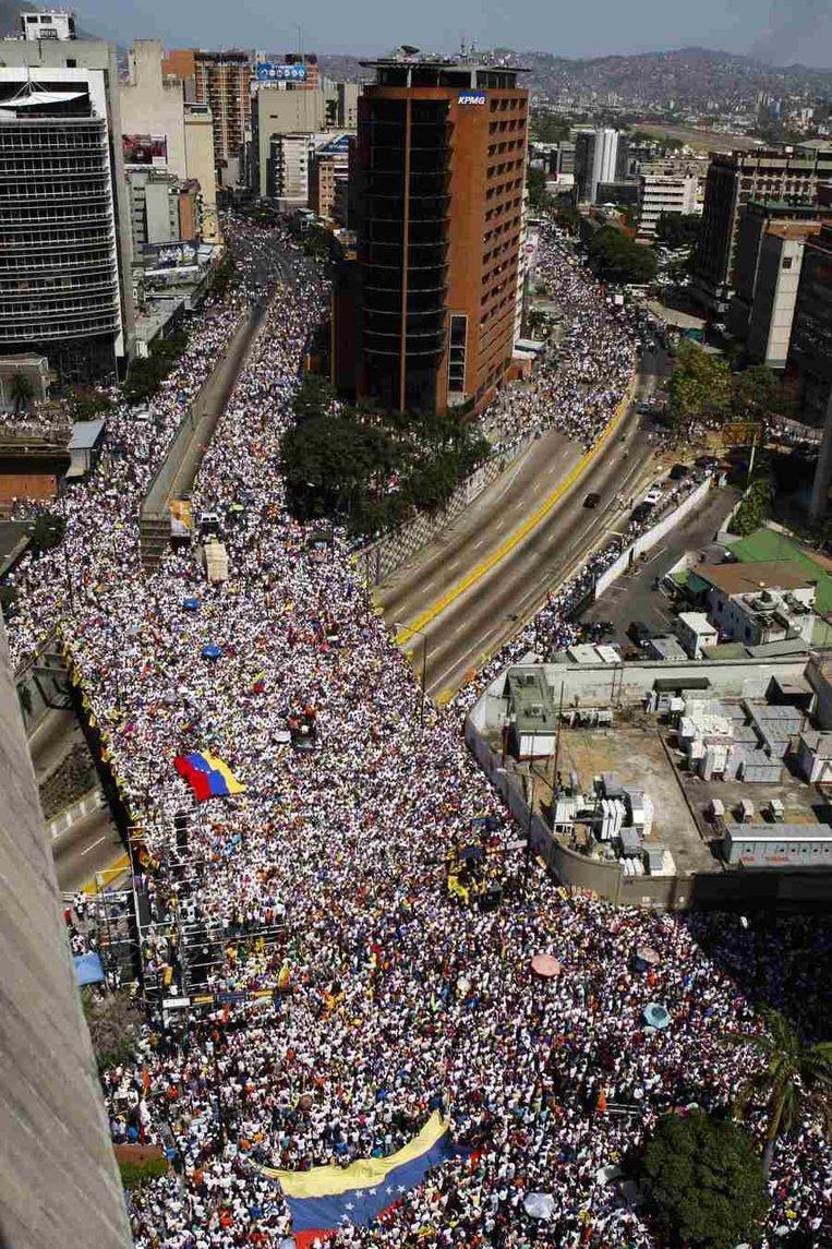 Duizenden demonstranten gingen gisteren de straat op in Caracas. Beeld reuters
