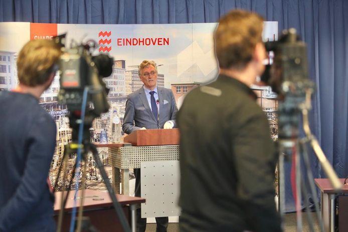 Burgemeester John Jorritsma tijdens een persconferentie in Eindhoven.