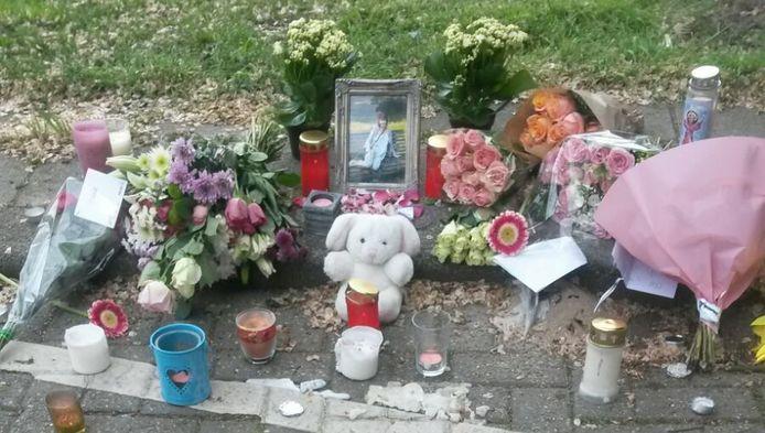 Bloemen, knuffels en kaarsjes bij de plaats waar krantenbezorgster Anita van Dijk werd neergestoken.