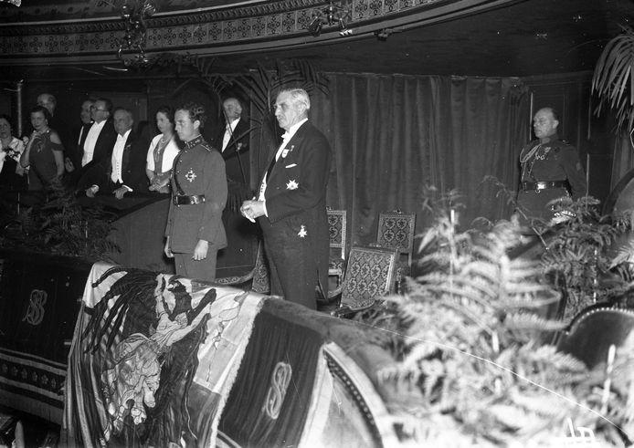Maurice Lippens naast de jonge prins Leopold. Een jaar later volgt die zijn vader Albert op. Lippens is één van zijn dichtste vertrouwelingen.