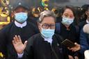Khin Maung Zaw, advocaat van Suu Kyi, staat voor de rechtbank journalisten te woord.