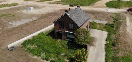 Waarom staat dit eenzame huis, midden in een bouwput in Nijmegen, nog overeind?