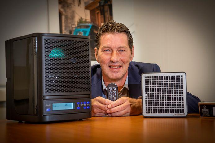 Marc Lenselinkmet mobiele apparatuur waarmee ruimtes coronaproof te maken zouden zijn.